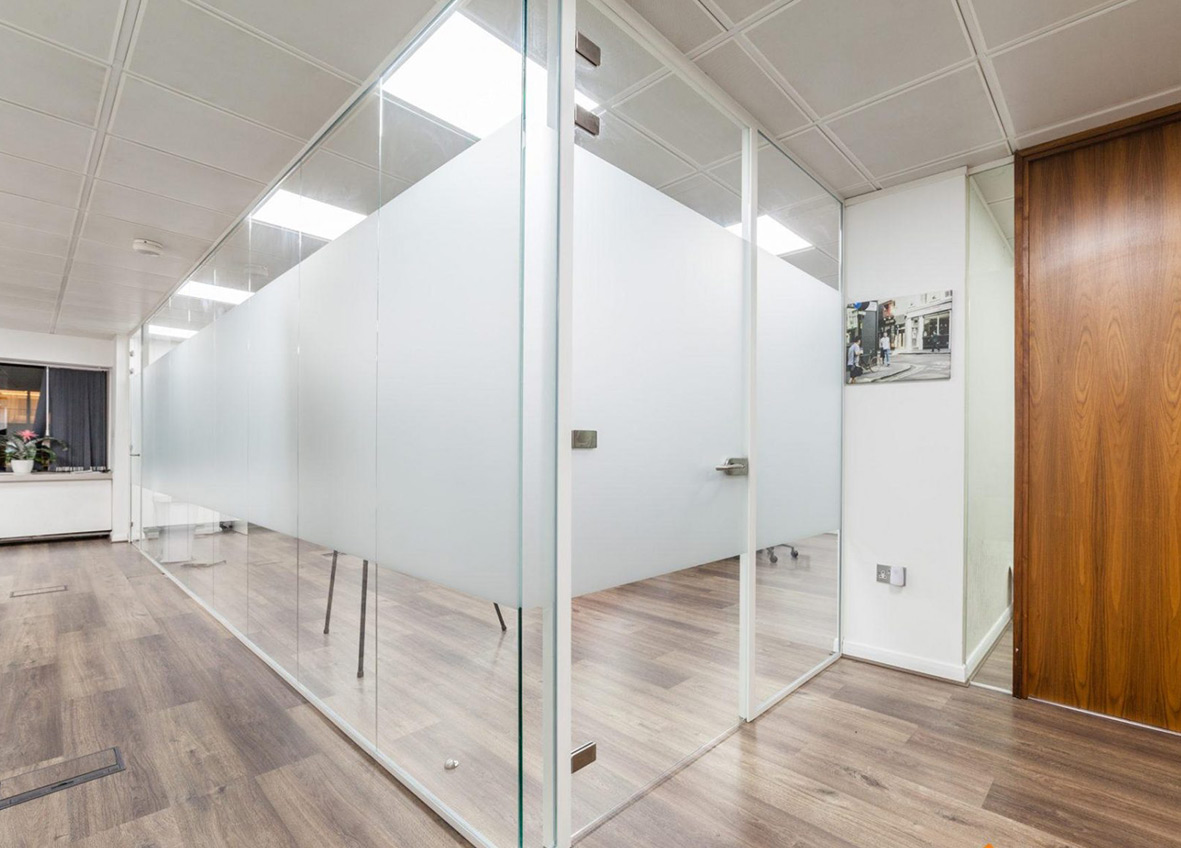 partisi-kaca-kantor-ruangan-aluminium